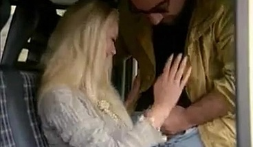Blonde fanget av sjåføren Roberto Malone i mini-buss
