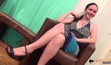 Rachel jolie brunette découvre qu'elle est femme fontaine