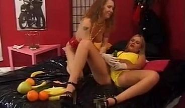 Danske lesbiske har det sjovt med Frugt - Dina og Jessica