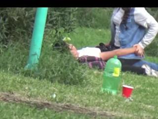 Jovencita dando sexo oral y cogiendo en el parque