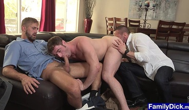 Delivery guy spots dude kissing stepdad and joins in