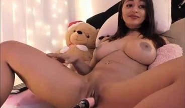 Teen Camgirl mit geilen Titten kommt live zum Orgasmus